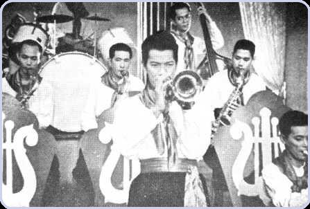 P. Ramlee bersama rakan-rakan bermain muzik